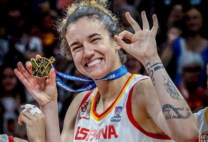 Laura Nicholls, con la medalla de oro del Eurobasket de 2019. feb