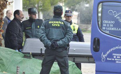 Operarios trasladan el cuerpo sin vida del hombre de 76 años que ha matado supuestamente a su mujer de 77 años en Granada