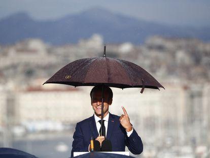 El presidente francés, Emmanuel Macron, bajo la lluvia durante su discurso en Marsella el jueves.