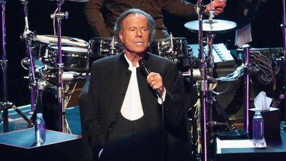 Julio Iglesias, en un concierto celebrado en México en abril de 2019.