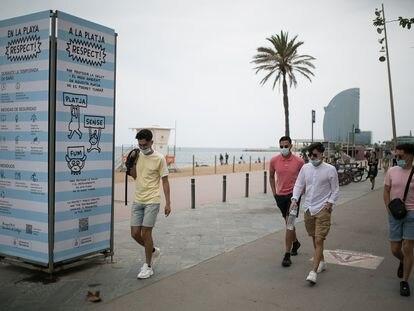 Cartel informativo del Ayuntamiento de Barcelona, en el paseo marítimo junto a la playa de Sant Miquel, en el que se informa que en esta playa no se permite fumar.