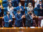 Los diputados del PP aplauden en pie a Isabel Díaz Ayuso tras el discurso para el debate de investidura.