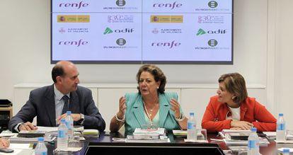 Enrique Verdeguer, presidente de Adif, y Rita Barberá, alcaldesa de Valencia e Isabel Bonig, consejera de Infraestructuras, presiden la reunión de la Sociedad Valencia Parque Central.