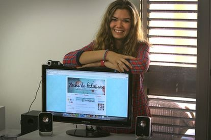 Alícia Rojo, con su blog en la pantalla.