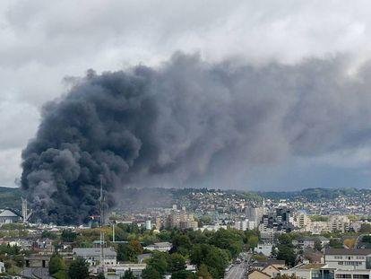 Columna de humo sobre la fábrica incendiada en Rouen, Francia. En vídeo, el incendio.