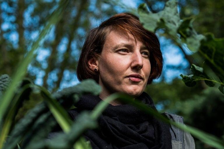 Hanna Burckhardt es la coordinadora de las actividades educativas; realiza visitas guiadas y talleres y ayuda con eventos y comunicaciones en el Prinzessinnengarten de Berlín.  Pinche en la imagen para ver la fotogalería completa.