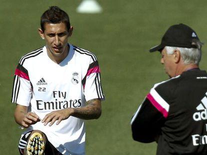 Ancelotti observa a Dí María en el entrenamiento de ayer.
