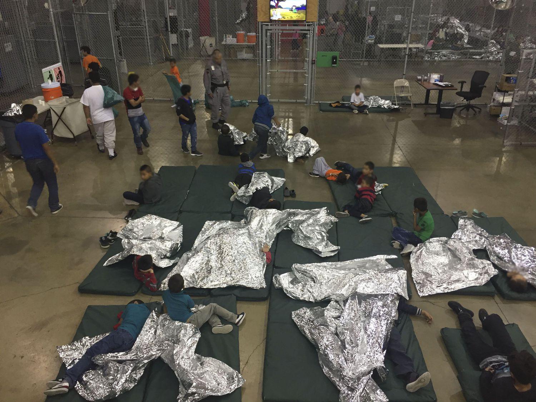 Una fotografía de archivo del 17 de junio de 2018 proporcionada por la Oficina de Aduanas y Protección Fronteriza de Estados Unidos muestra a los menores de edad en una de las jaulas de los centros de detención en McAllen, Texas.