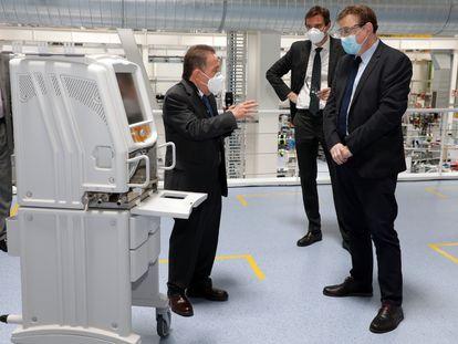 El president Ximo Puig visita a la planta de Power Electronics en Llíria