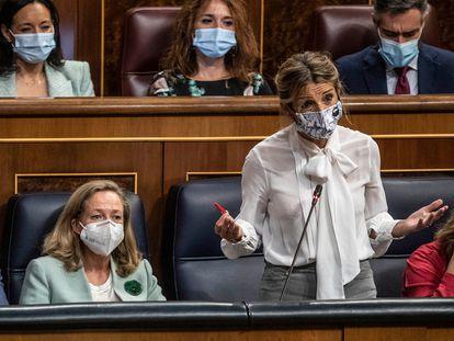 La ministra de Trabajo, Yolanda Díaz (de pie), junto a Nadia Calviño y Pedro Sánchez ayer en el Congreso.