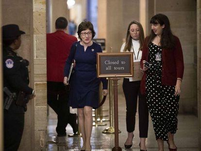 La senadora Susan Collins (izquierda) en los pasillos del Capitolio.