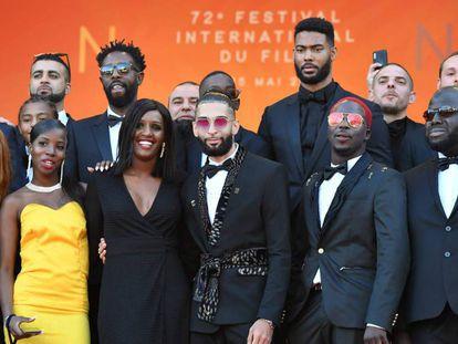 El reparto de 'Los miserables', con su director, Ladj Ly (con gafas de sol en segunda fila). En vídeo, el tráiler de la película 'Los muertos no mueren'.