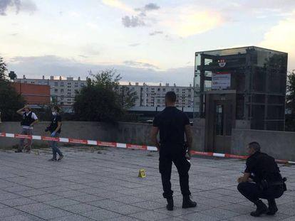Agentes de policía en el lugar donde se produjo el ataque con cuchillo en Villeurbanne, Lyon. En vídeo, imágenes del suceso.