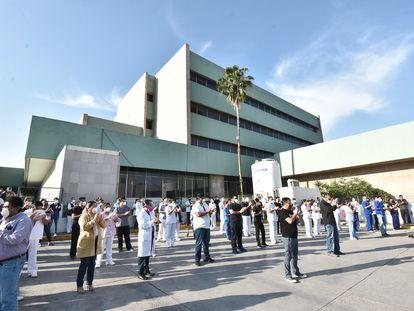 Personal médico protesta afuera del Hospital 7 del IMSS en Monclova, en el norte de México.