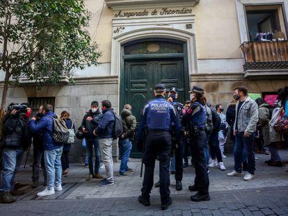 Agentes de Policía Municipal vigilan una concentración contra el desalojo de un bloque okupado en el Palacio de la Infanta Carlota, a 25 de noviembre de 2020.