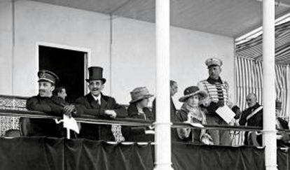 Alfonso XIII y el marqués de Villamejor en la tribuna regia, mayo de 1918.