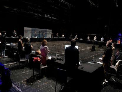 Minuto de silencio durante la presentación de la nueva temporada del Teatro Real en la parte trasera del escenario.