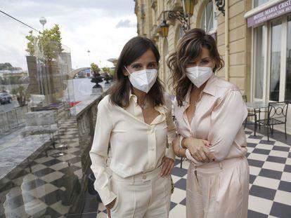 Elena Anaya (izquierda) y Gina Gershon posan en el hotel María Cristina de San Sebastián.