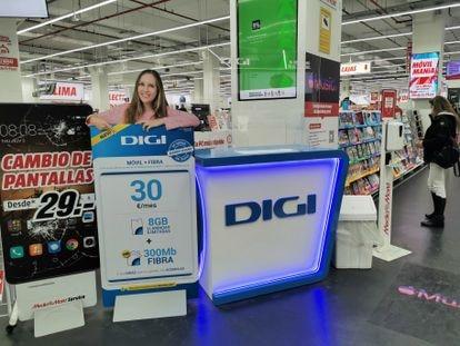 Un puesto de venta de Digi en una cadena comercial en Madrid.