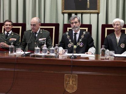 El presidente del Supremo, Carlos Lesmes, en el centro, y el del Tribunal Militar Central, Carlos Melón, a su derecha, durante la apertura del año judicial en la jurisdicción militar.