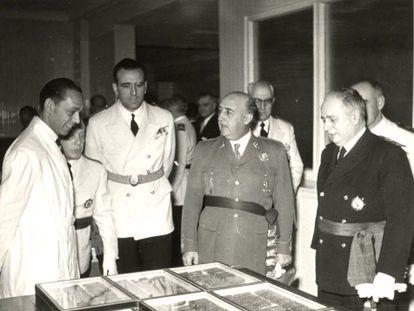 Franco visita el Instituto Nacional de Investigaciones Agronómicas, en 1954.
