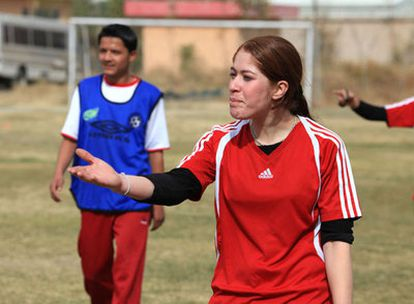 Palwasa gesticula durante un entrenamiento.