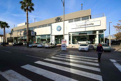 Concesionario de Sur Poniente en Roquetas de Mar (Almería), ayer.