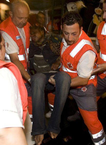 Uno de los 33 inmigrantes remolcados hasta Almería después de una travesía de 5 días en la que murieron 14 de los tripulantes