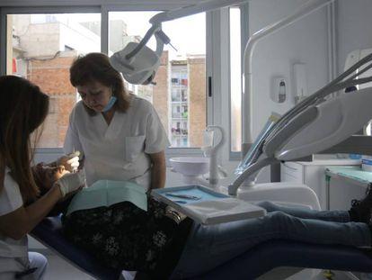 Un paciente en el dentista para familias con pocos recursos.