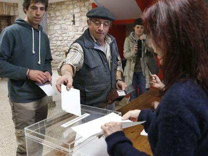 Vecinos de Igeldo votando en el referéndum sobre su segregación.