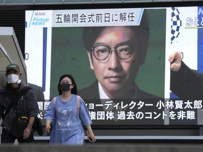 Una pantalla muestra este jueves en Tokio la noticia del cese del director de la ceremonia inaugural de los Juegos Olímpicos, Kentaro Kobayashi.