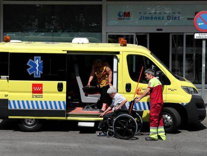 Traslado de pacientes a la entrada de la Fundación Jiménez Díaz, este miércoles.