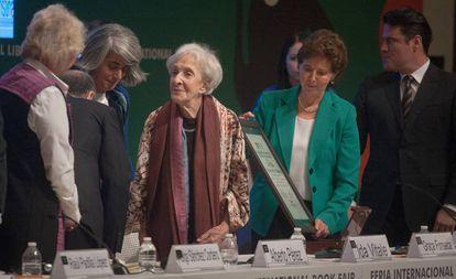 Ida Vitale, en el centro, al recibir el premio de la Feria Internacional del Libro de Guadalajara.