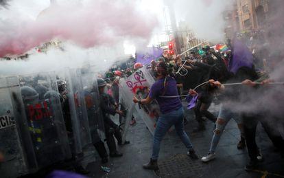 Una manifestación feminista termina en una carga policial el 28 de septiembre en Ciudad de México.