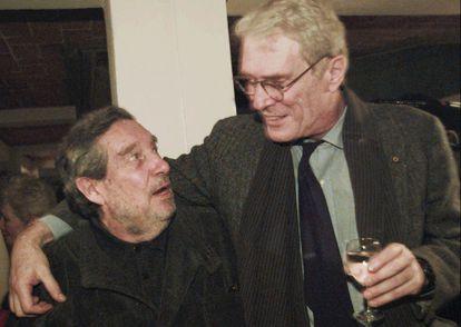 El poeta Mark Strand con el escritor mexicano Octavio Paz en 1995.