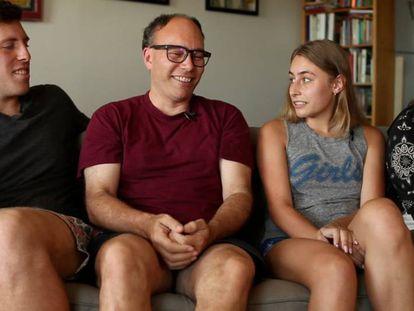 Aaron Long, segundo por la izquierda, junto a dos de sus hijas nacidas de sus donaciones de esperma.