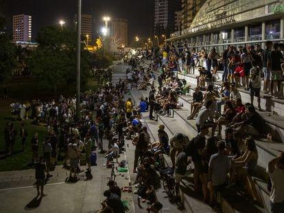 Botellón en el parque de la España industrial coincidiendo con la Fiesta Mayor del barrio de Sants de Barcelona.