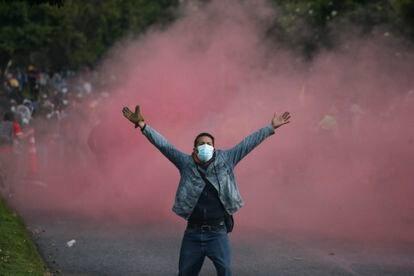 Un hombre se manifiesta contra la violencia policial, el 1 de mayo, en Bogotá.