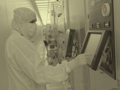 Trabajadores del centro de investigación de semiconductores de IBM, en Albany, Nueva York, el pasado jueves.