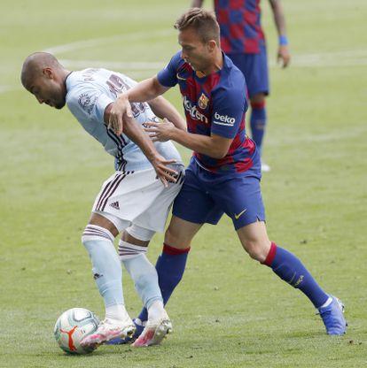 Arthur frente a Rafinha, en el último partido del Barcelona en Vigo.