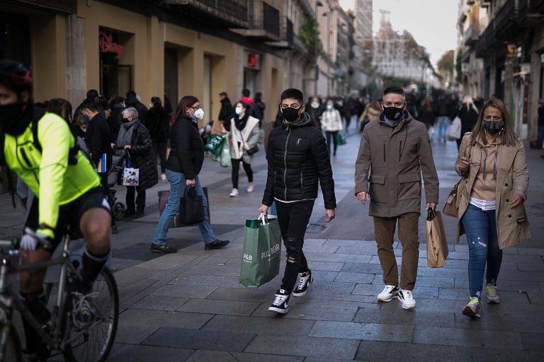 Varias personas protegidas con mascarilla en Barcelona el 9 de diciembre.