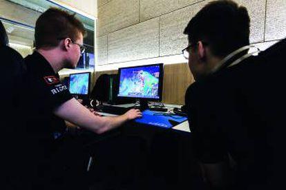 Dos jugadores de League of legends durante un entrenamiento. El equipo del Riders tiene 10 gamers, dos por cada puesto del juego.