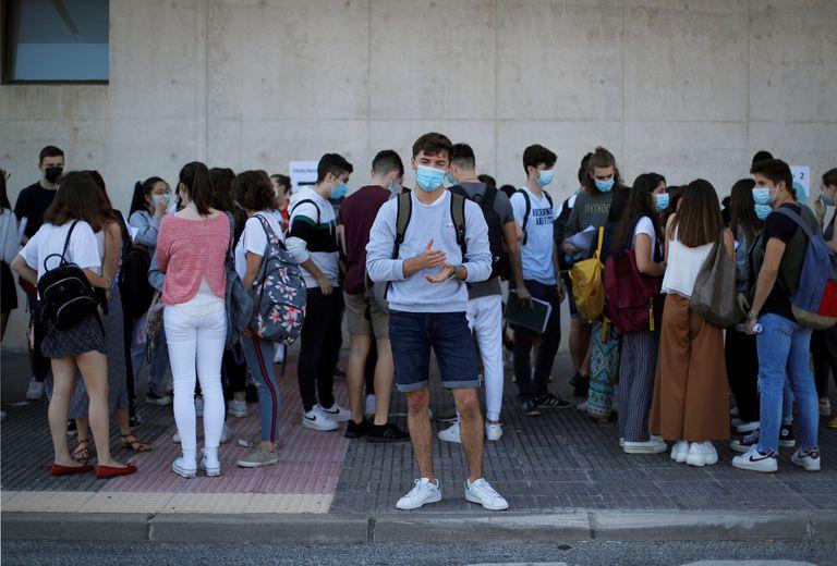 Varios estudiantes se preparan para entrar a los exámenes de acceso a la universidad en Navarra.