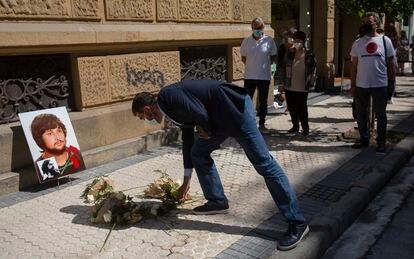 El alcalde de San Sebastián, Eneko Goia, coloca un ramo de flores junto a la placa en recuerdo de Joseba Barandiaran, muerto por disparos de la policía en 1978.