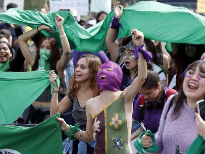 Mujeres protestan en el Día Internacional de la Mujer, este domingo en Bogotá.