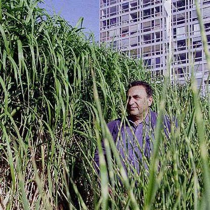 Juan José Saer (Serodino, Santa Fe, 1937-París, 2005), en una entrevista en París en 2002.