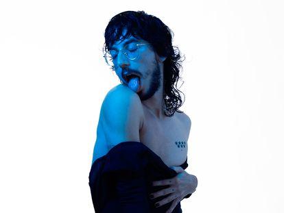 Alejandría, artista multidisciplinar cuya obra surge de sus vivencias. Aquí viste Calvin Klein.