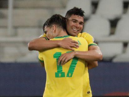 Casemiro abraza a Paquetá, tras el triunfo de Brasil sobre Colombia en la Copa América.