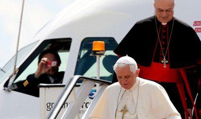 El piloto fotografía al Papa mientras desciende del avión Airbus 320 que le ha llevado de Roma a Lisboa.