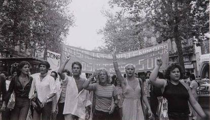 Manifestantes por la liberación gay el 26 de junio de 1977 en La Rambla